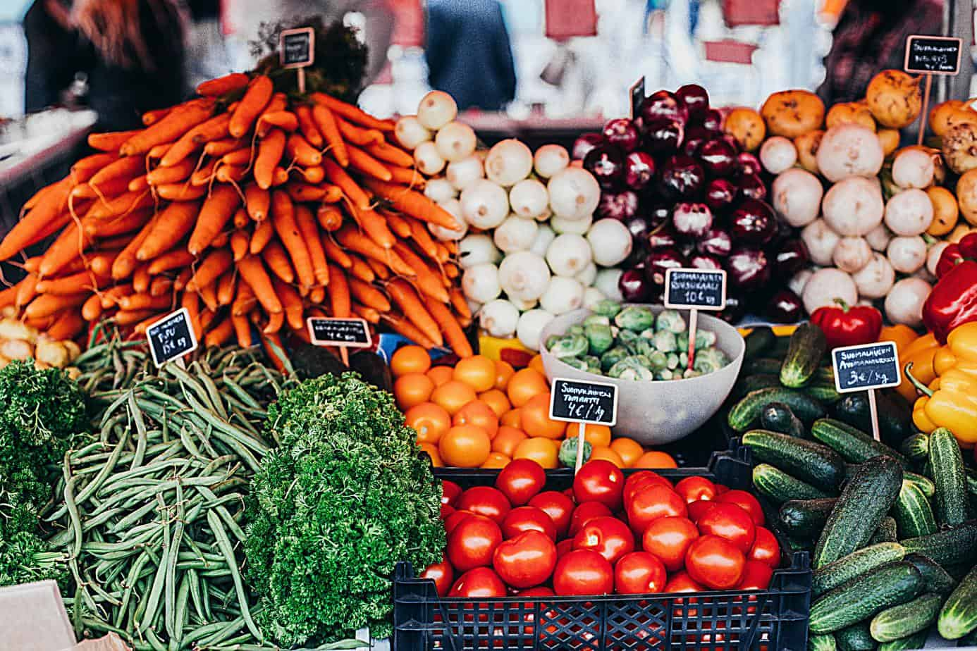 picture of fresh vegetables in grocery store